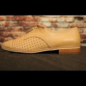 Tesori tan flat lace up shoe 6.5
